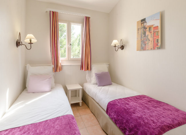 Mallemort, Pont Royal - 2 Bed Superior House Twin Bedroom