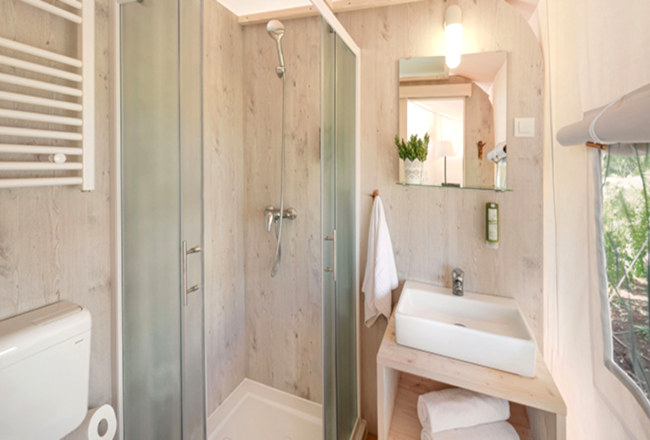 Lanterna Resort - Premium Safari Tent's impressive and elegant bathroom