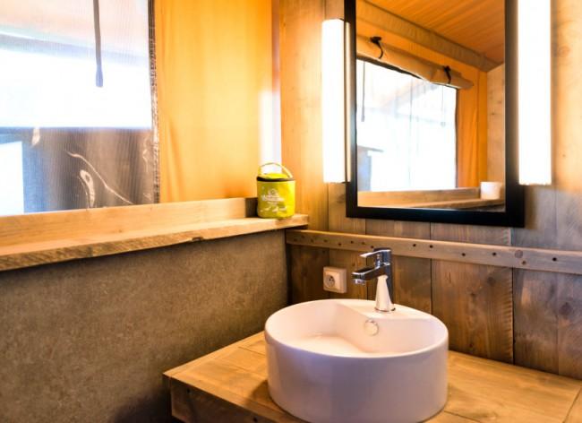 Les Sablons - Premium Safari Tent's well-equipped bathroom