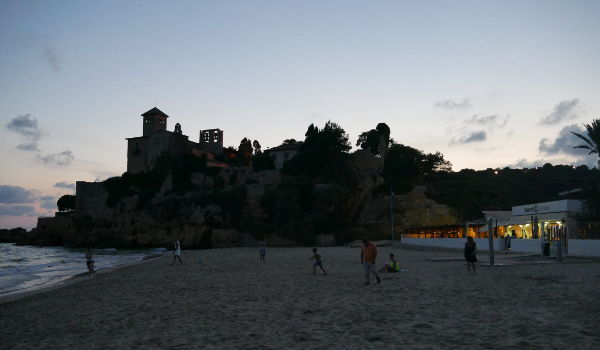 Tamarit Park beach restaurant at dusk, under the castle